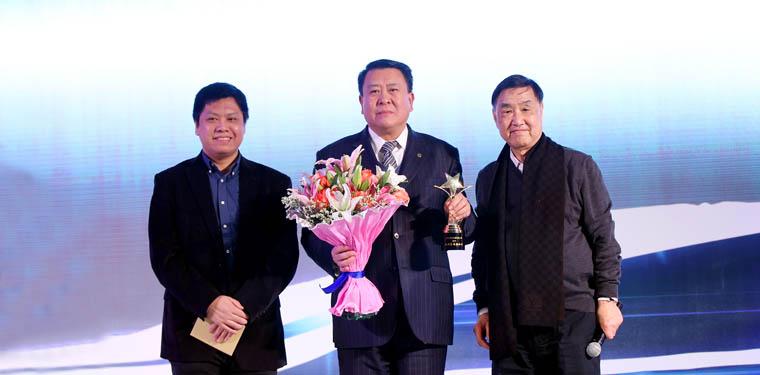 """本届""""蓝瓴•年度风云人物""""大奖由北汽集团董事长徐和谊摘得"""