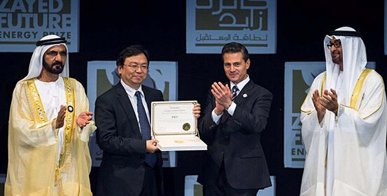比亚迪董事长王传福从墨西哥总统培尼亚•涅托手中接过获奖证书