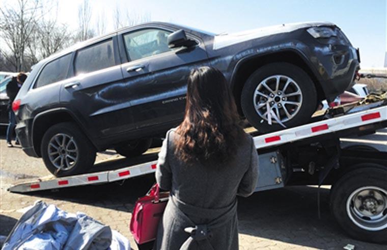 2月25日,天津中电物流停车场,一女子花30余万元购买的一辆爆炸受损大切诺基