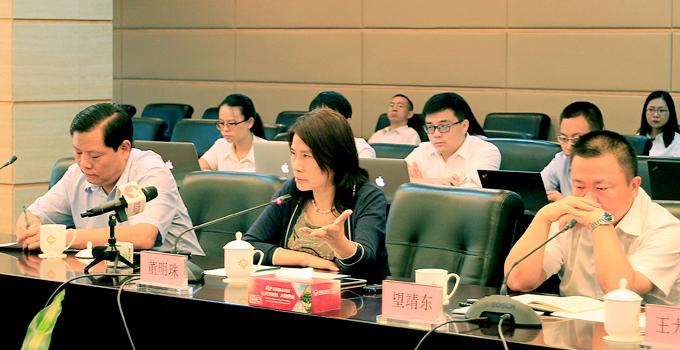 格力电器董事长兼总裁董明珠在媒体见面会上介绍情况