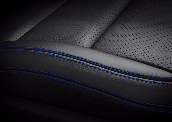 梅赛德斯-奔驰GLA SUV蓝调版车内的ARTICO皮革同样精心搭配了精致的宝石蓝同色缝线