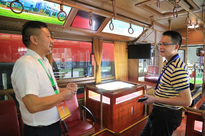 营销一部副总经理杜荣生邀请客户登上仿古铛铛车上作全面了解