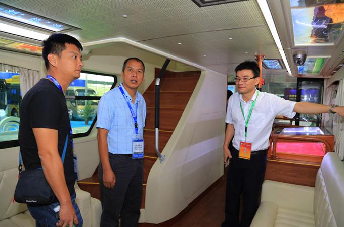 客户现场咨询客车性能与技术优势