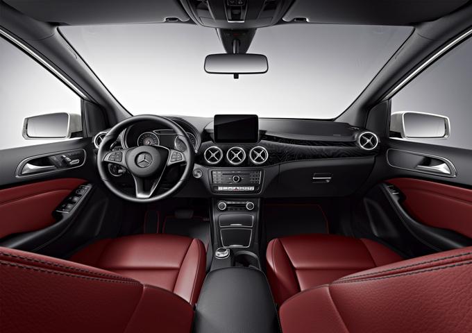 梅赛德斯-奔驰B级运动旅行车臻藏版拥有蔓莓红色皮革内饰、座椅加热装置、天鹅绒脚垫以及带缝线的ARTICO皮革仪表盘等众多专属配置