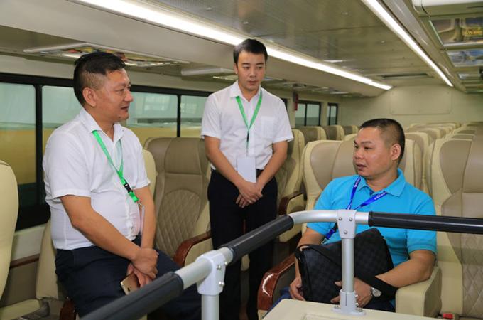 营销一部副总经理杜荣生为客户现场讲解客车性能品质