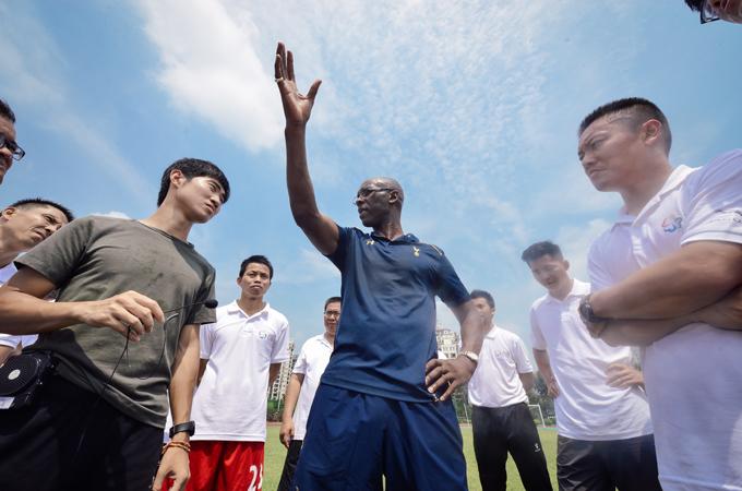 42名基层体育老师正在接受热刺教练团队的培训