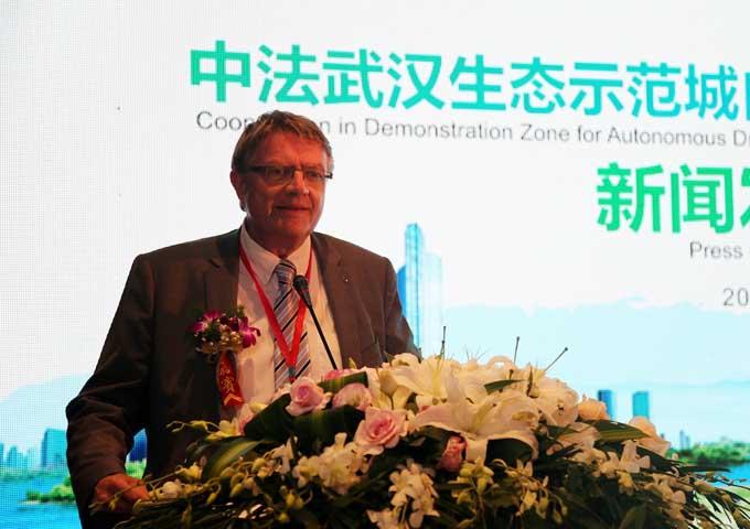 东风雷诺汽车有限公司副总裁雅克福在新闻发布会上致辞