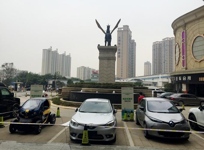 第三届中法城市可持续发展论坛期间,雷诺电动车在武汉展出
