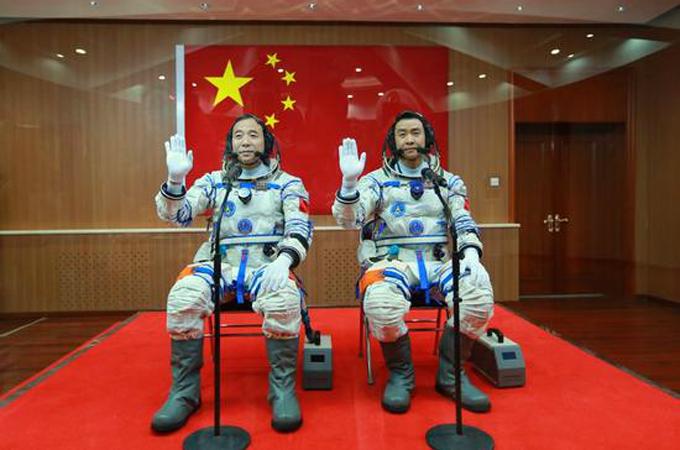 神舟十一号航天员景海鹏(左)、陈冬出征仪式在酒泉卫星发射中心举行