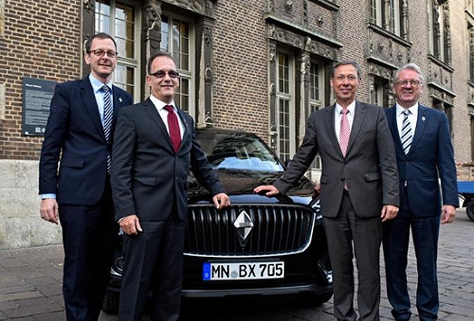 德国不来梅政府代表与宝沃汽车集团高管在BX7前合影