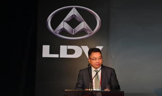 上汽大通汽车有限公司总经理徐秋华在发布会上