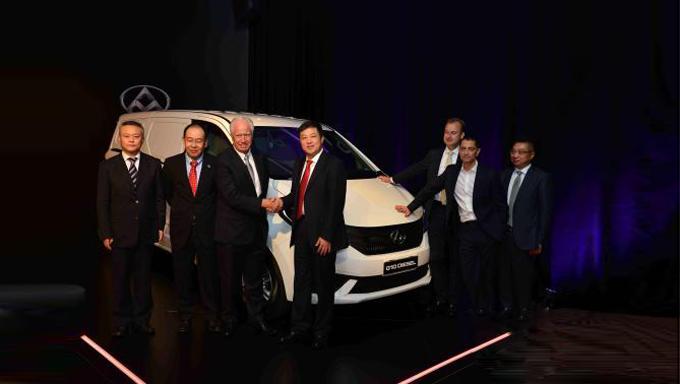 上汽集团领导、上汽大通与澳洲ATECO公司高层在发布会上合影