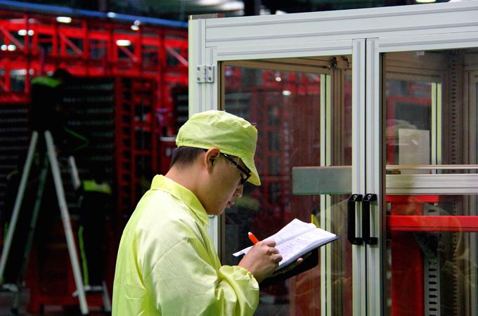 河北武安银隆新能源生产线上的工人
