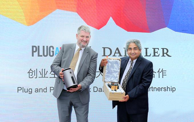 戴姆勒大中华区首席信息官朗博先生、Plug and Play全球创始人 Rahim Amidi先生宣布双方建立战略合作伙伴关系并互赠礼物