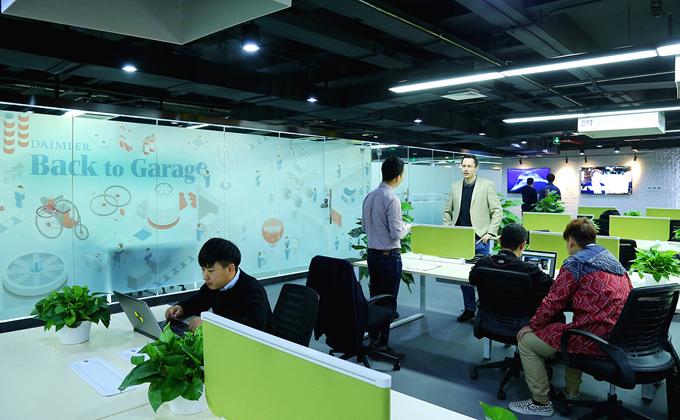 戴姆勒大中华区在北京的Plug and Play中国总部设立办公空间,旨在与入驻的初创企业积极开展合作