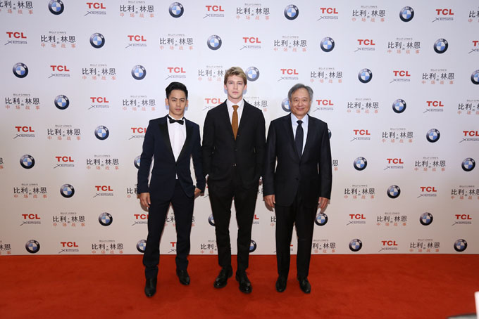 著名导演李安先生携主演在《比利_林恩的中场战事》中国大陆首映式红毯合影