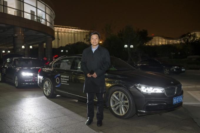 小米科技董事长兼CEO雷军乘坐宝马旗舰车型BMW 7系前往会场参会