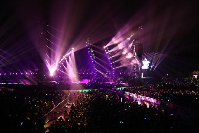 光影交错的环境音乐会现场,观众在著名歌手谭维维的天籁之音中触动于生命与绿色的感召