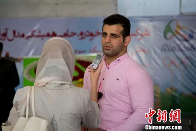 获得赠车的伊朗奥运选手接受当地媒体采访
