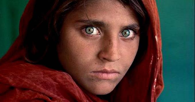 《阿富汗少女》拍摄于巴基斯坦白夏瓦难民营,她碧澈的双眼中写满恐惧